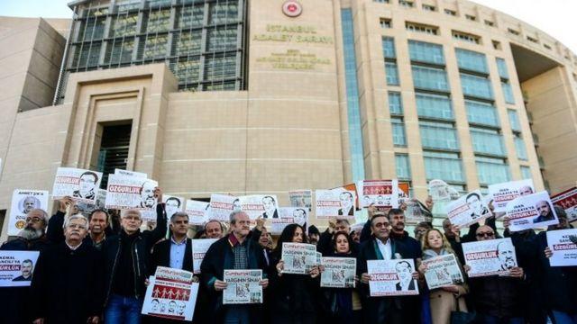 Bugünkü duruşma öncesi tutuklu gazete çalışanlarına destek için mahkeme İstanbul Adliye Sarayı önünde toplananlar