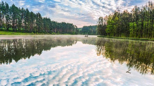 Nuvens refletidas na água nos arredores de Kiev, Ucrânia