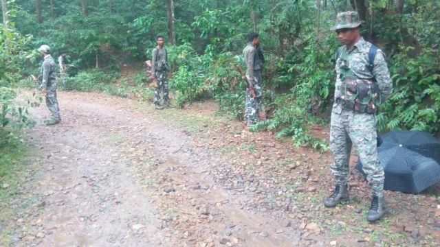 ग्रामीणों की बैठक पर नक्सली हमले के बाद इलाक़े में तलाशी अभियान चलाते सुरक्षा बल के जवान.