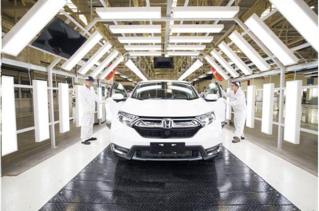 4月12日,在武漢東風本田第三工廠內,工人在車間檢測即將出廠的新車。