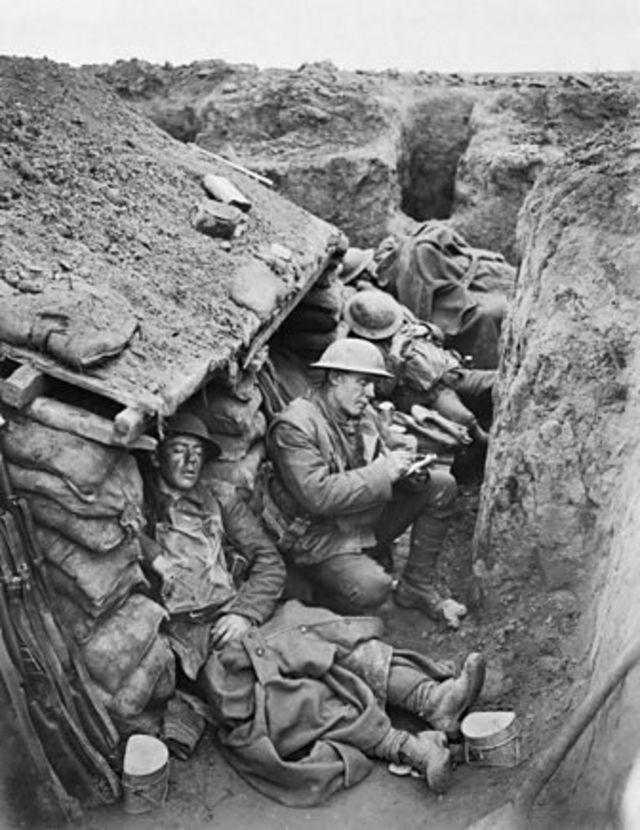Soldados britânicos em trincheira