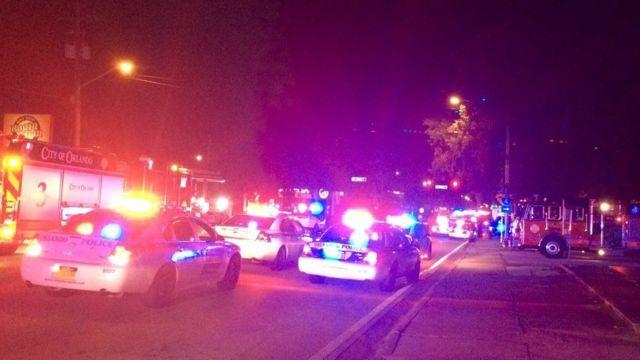 Foto del ambulancias y patrullas frente al club Pulse