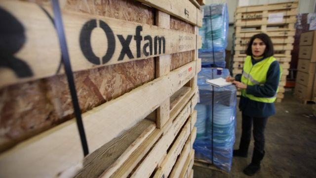 Una trabajadora de Oxfam revisa equipos de emergencia antes de ser enviados a Haití en 2010