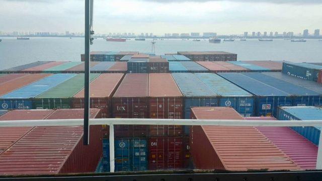 シンガポールは目の前だが、入港は許されていない