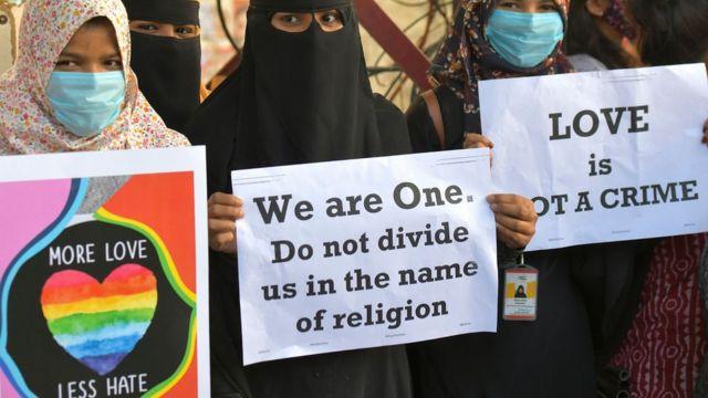ناشطات ينتمين إلى منظمات حقوقية ومدنية مختلفة يرفعن لافتات خلال مظاهرة تدين قرار مختلف حكومات الولايات التي يقودها حزب بهاراتيا جاناتا لإصدار قوانين مقترحة ضد