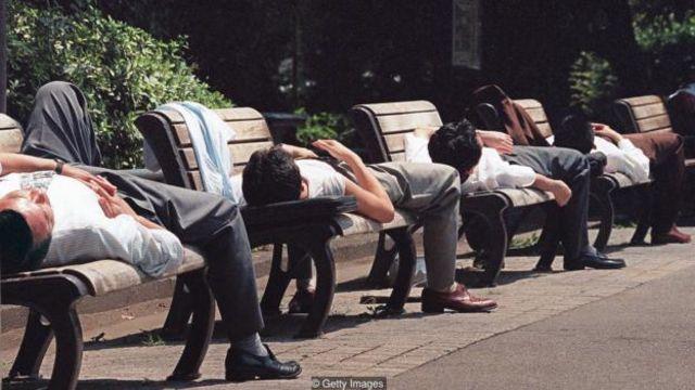 Vấn đề chết do làm việc quá sức lan rộng đến mức những gia đình của nạn nhân nhận được tiền bồi thường của chính phủ khoảng 20.000 đô la mỗi năm