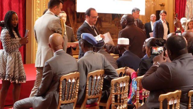 Le président François Hollande salue les tirailleurs