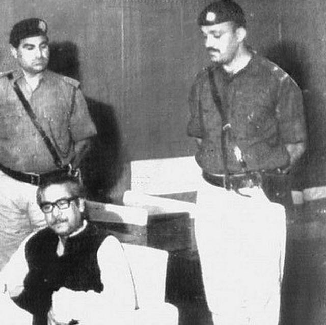 করাচি বিমানবন্দরে পাকিস্তানি সেনাদের পাহারায় শেখ মুজিবুর রহমান - ৪ঠা এপ্রিল ১৯৭১