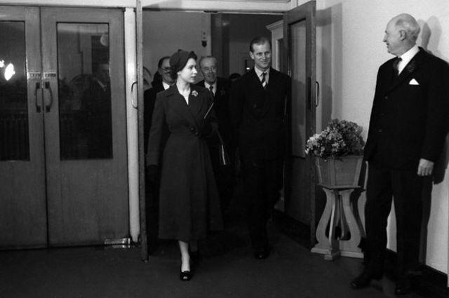 රැජින සහ ෆිලිප් කුමරු 1953 දී මෙයිඩා වේල් ප්රදේශයේදී The Queen & Prince Philip in 1953 at Maida Vale / Copyright: BBC