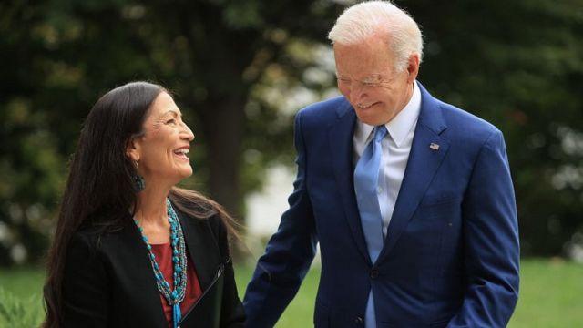 Deb Haaland y Joe Biden