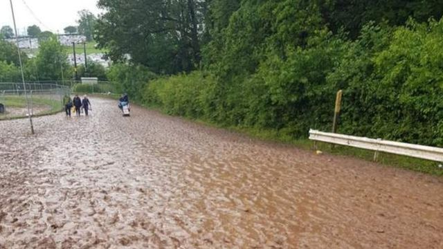 Download: Fans leave muddy festival after heavy rain