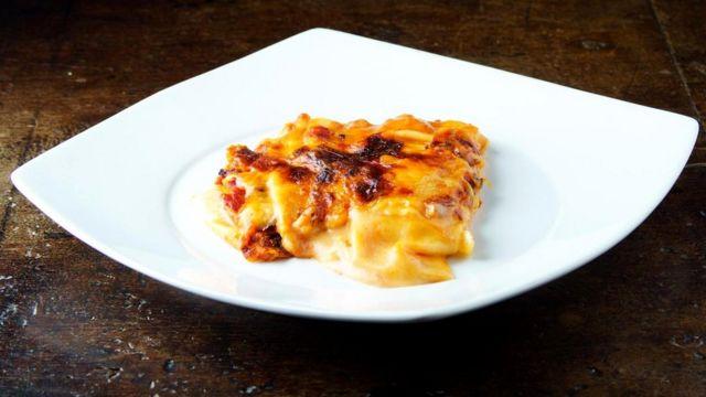 При запекании в обычной духовке поверхность блюда высыхает, на ней образуется вкусная корочка