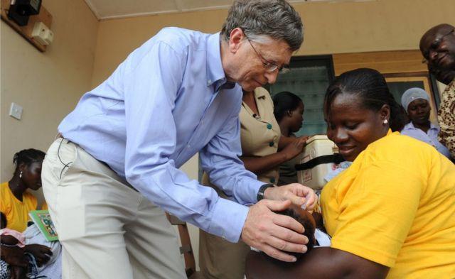 Гейтс делает прививку ребенку в Гане в 2013 году