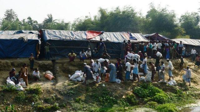 数十万人ものイスラム教少数派ロヒンギャがミャンマーを逃げ出している