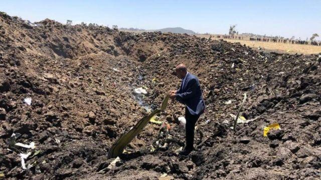 Mkurugenzi Mkuu wa Ethiopian Airlines akiwa katika eneo la tukio la ajali