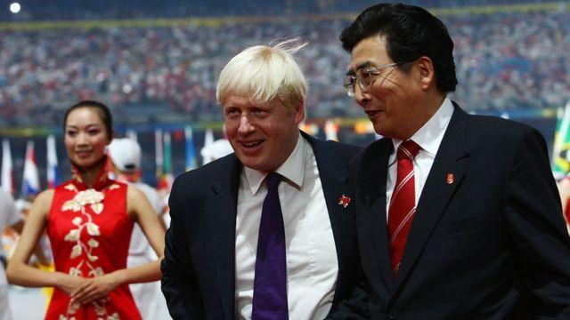 Boris Johnson, entonces alcalde de Londres, posó así con su homólogo de Pekín, Guo Jinlong, durante la clausura de los Juegos Olímpicos de 2008, pero tampoco ha tenido palabras agradables para China.