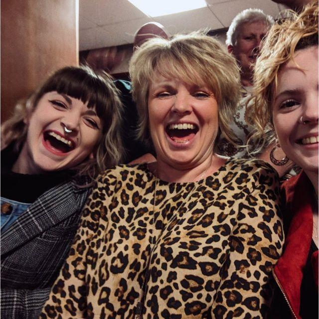 Julie junto a sus hijas Abbie, a la izquierda, y Loretta, a la derecha.