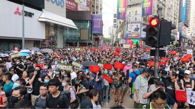 大批市民無視禁令上街遊行。