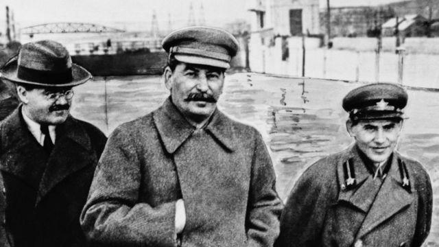 Слева направо: Вячеслав Молотов, Иосиф Сталин и Николай Ежов на Беломорско-Балтийском канале (7 декабря 1937 г.)