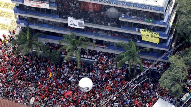 Manifestantes se reúnem em volta do Sindicato dos Metalúrgicos do ABC, em São Bernardo do Campo, na manhã deste sábado.