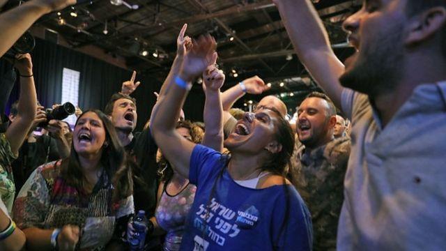 Mavi ve Beyaz ittifakına oy veren seçmenler, Gantz konuşurken destek sloganları attı