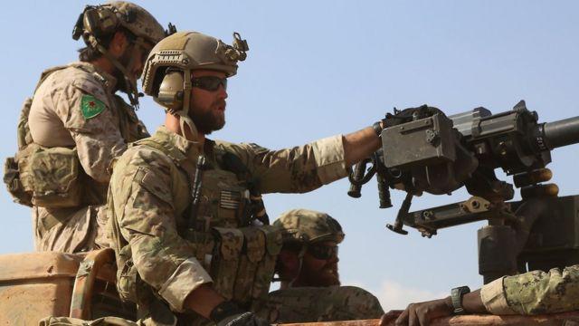 Şimali Suriyada Kürd YPG silahlı birləşməsi ilə birgə fəaliyyət görən ABŞ xüsusi qüvvələri hərbçisi (25 may 2016)