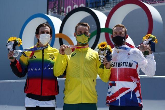 Dhers y los otros dos medallistas.