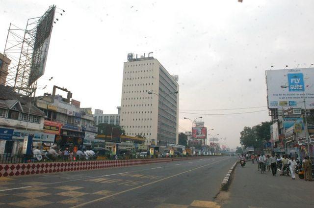 சென்னை மாநகரின் அடையாளங்களில் ஒன்றான எல்ஐசி கட்டடத்தின் தோற்றம் (ஜனவரி 04, 2006)
