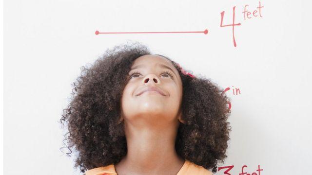 Menina medindo sua altura