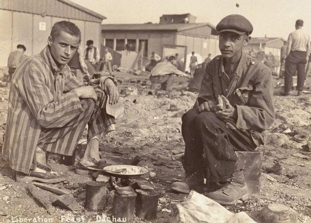 Acredita-se que o homem à direita nesta foto do campo de concentração de Dachau seja Jean Voste, nascido no Congo, que foi o único prisioneiro negro no campo. Cortesia de Frank Manucci.