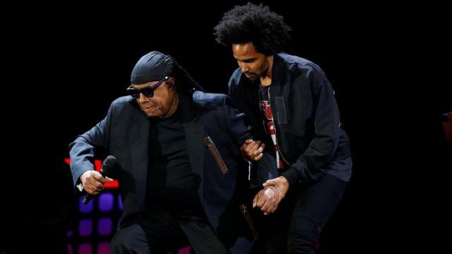 Stevie Wonder se ajoelhando