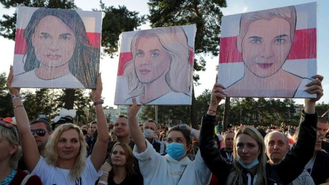Svetlana Tikhanouskaya, Veronika Tsepkalo ve Maria Kolesnikova'nın portrelerini taşıyan destekçileri.
