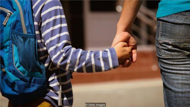 性格特征可以后天学习获得,有时是从过分强调自信心的父母那里养成这种性格。
