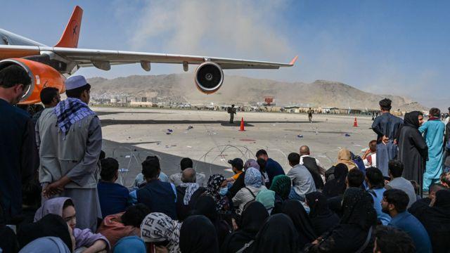 Afegãos esperando para deixar o aeroporto de Cabul em 16 de agosto de 2021