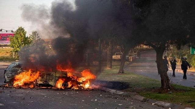 رسانه های اسرائیلی گزارش دادند که در ناآرامیهای لاد اتومبیلها و مغازهها در آتش سوختند