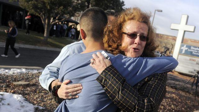 Mãe abraça filho após tiroteio nos EUA