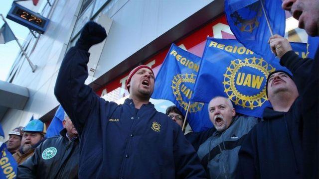 في عام 2008، طالبت اتحادات العمال في قطاع صناعة السيارات في الولايات المتحدة الحكومة بتقديم حزمة مساعدات ضخمة بقيمة مليارات الدولارات لإنقاذ العمال من البطالة