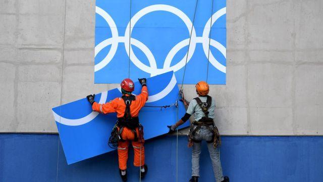 Obreros montan una estructura de las Olimpiadas