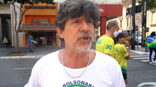 Rogério dá entrevista, com camisa estampando nome de Bolsonaro