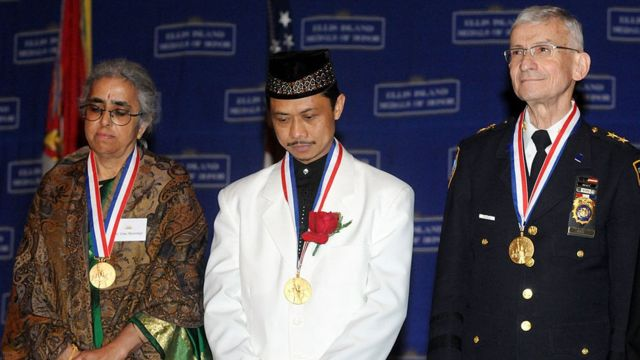 Pendeta Uma Mysorekar, Iman Shamsi Ali dan Rabi Alvin Kass menerima penghargaan dari NYPD pada 9 Mei 2009 di New York.