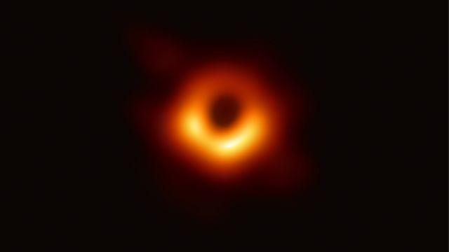Foto de un agujero negro tomado por el telescopio Event Horizon, abril 2019