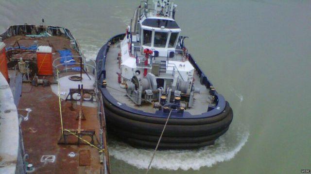 Un remolcador en el canal