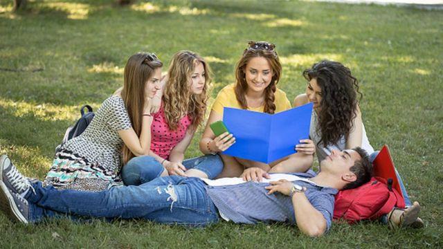 Группа подростков в парке