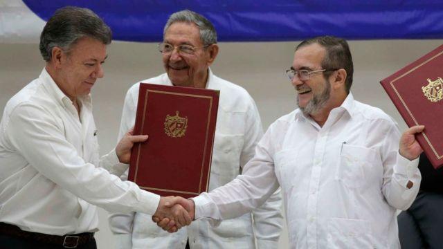 """Juan Manuel santos y Timoleón Jiménez """"Timochenko"""" luego de firmar un acuerdo en La Habana"""