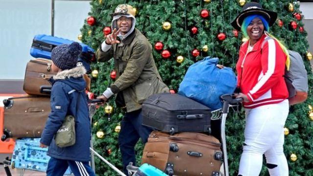 Несмотря на серьезные неудобства, некоторые пассажиры не готовы отказаться от праздничного настроения