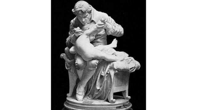 تمثالإ لدوارد جينر وهو يلقح ابنه