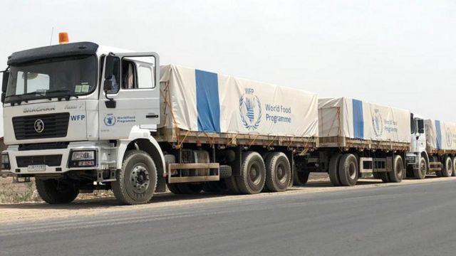 قافلة شاحنات تابعة لبرنامج الغذاء العالمي على الطريق في عفار