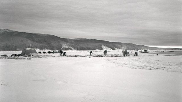 बर्फ के बीच इंसान की तलाश
