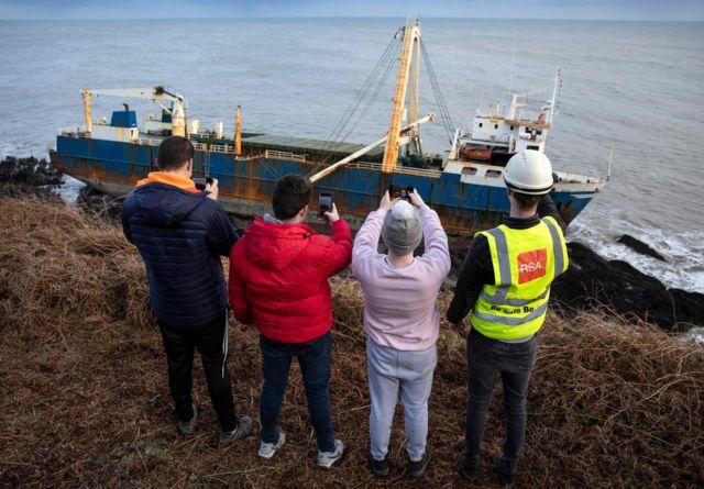 Imagem do barco fantasma Alta, preso nas pedras da costa da Irlanda