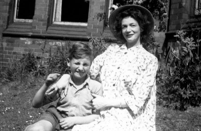 Девятилетний Джон Леннон с матерью. 1949 год